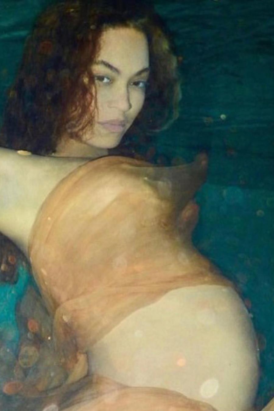 Beyoncé embarazada con Blue Ivy besando su pancita