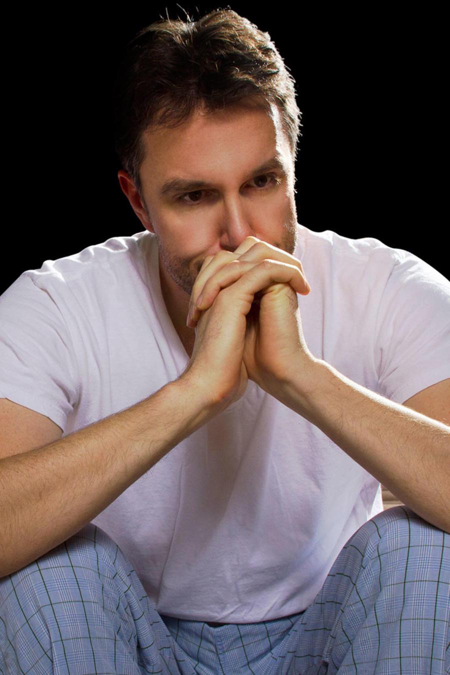 Hombre en pijama preocupado