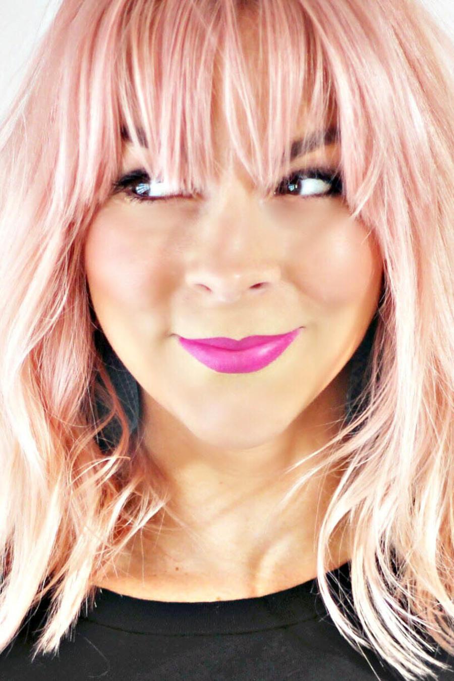 Chica con cabello rosado