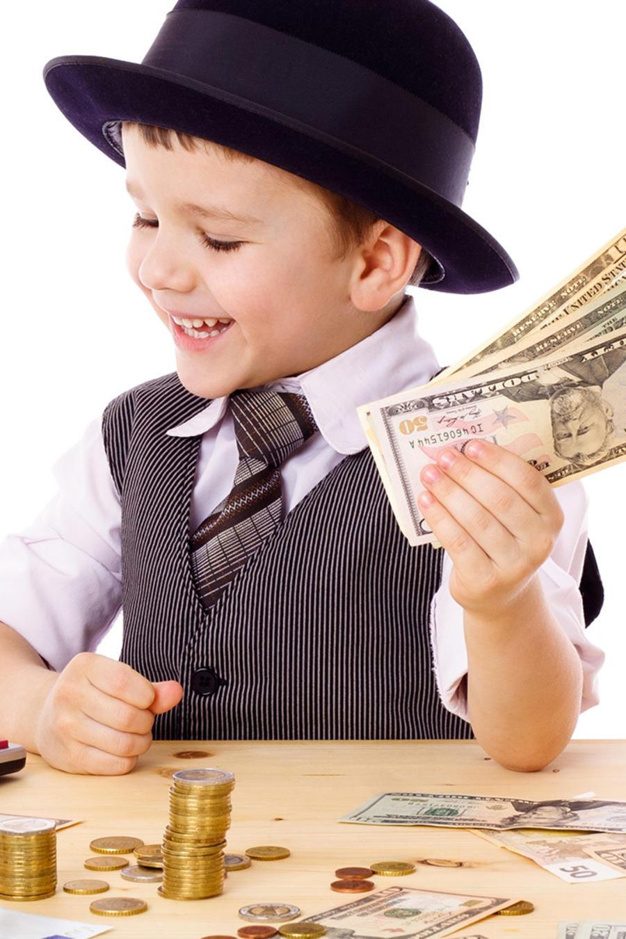 Niño juega con dinero