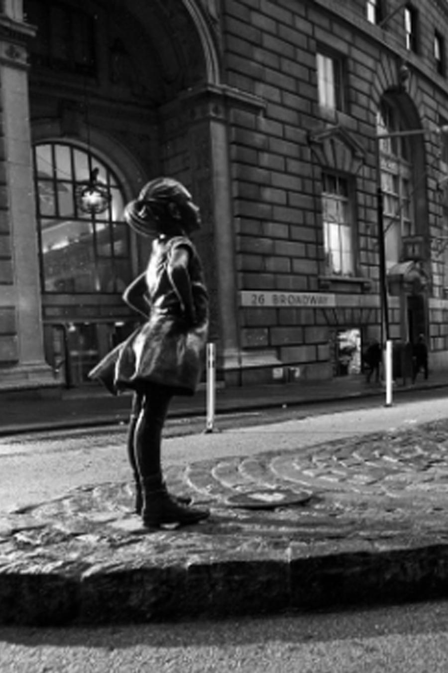 Estatua de niña frente a toro de Wall Street
