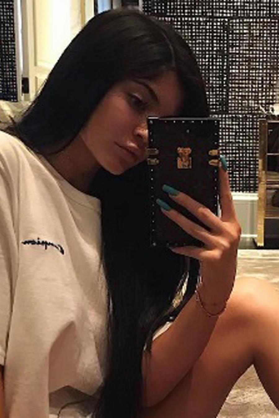 Kylie Jenner con botas y camiseta larga