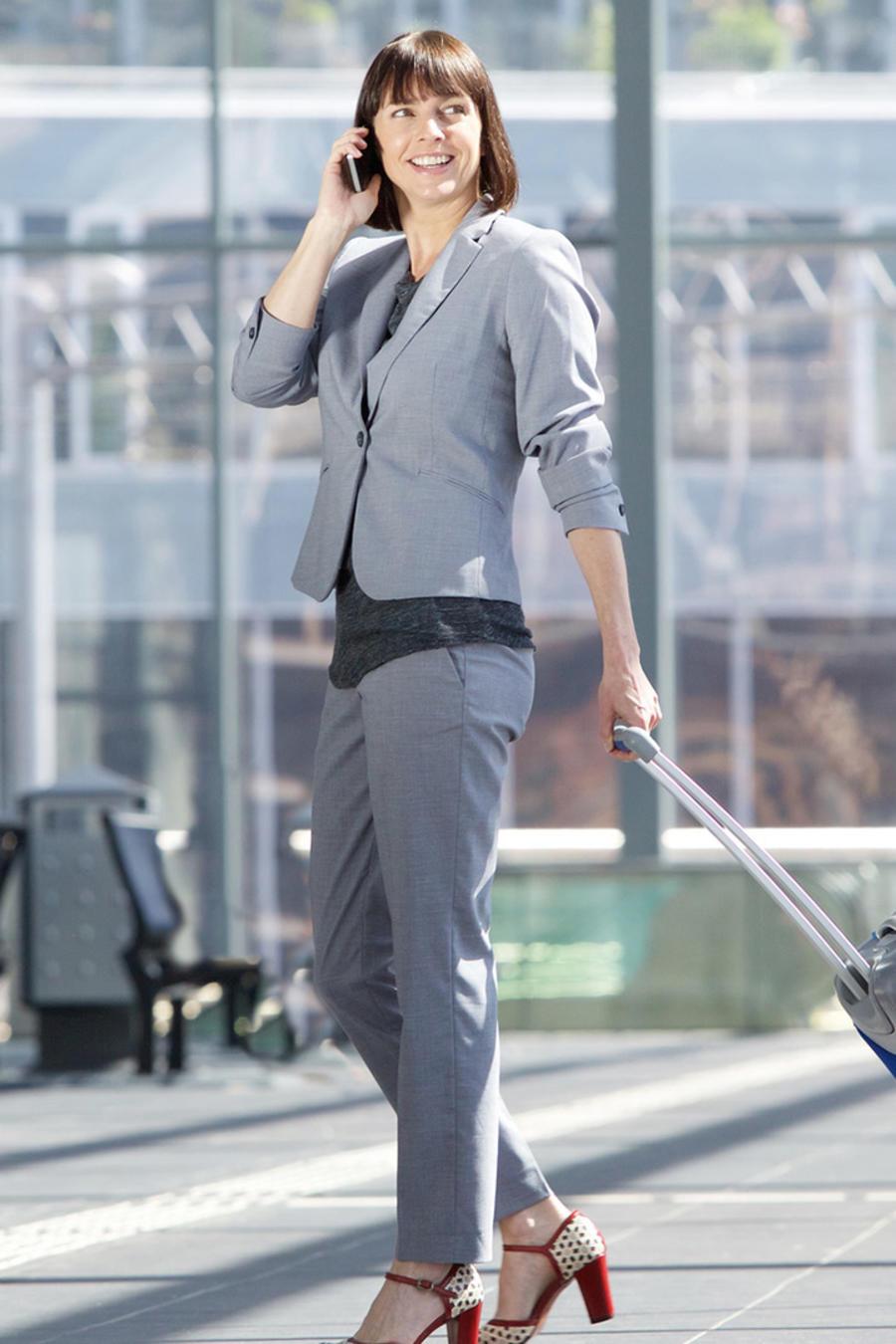 Viajera profesional en aeropuerto