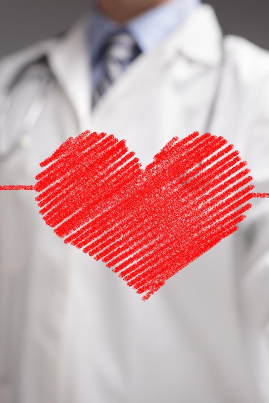 Médico dibujando un corazón