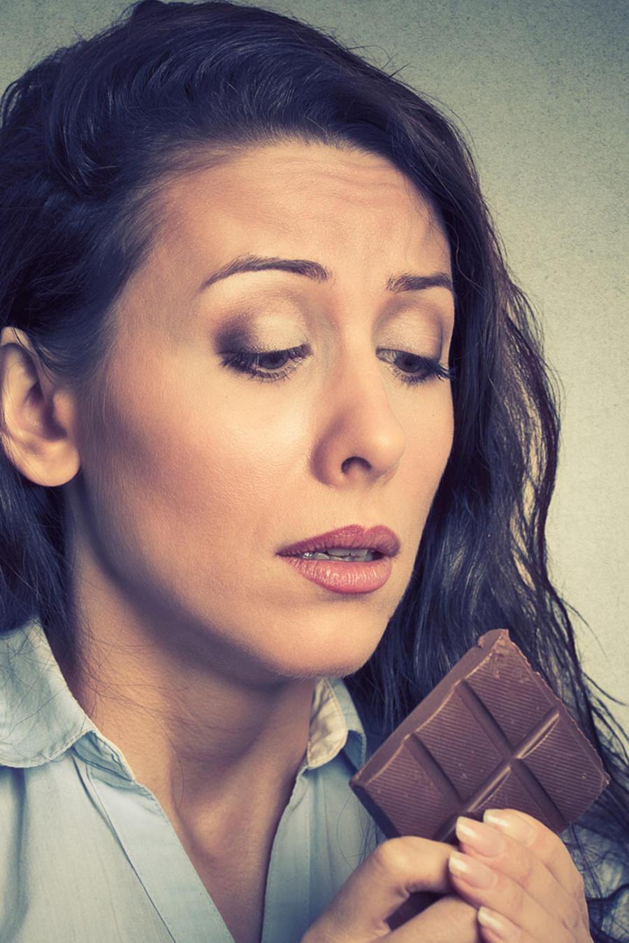 Mujer tentada con chocolate