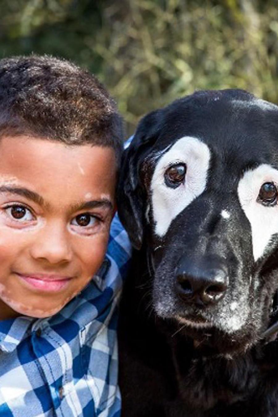 Carter Blanchard y Rowdy, el perro con vitiligo