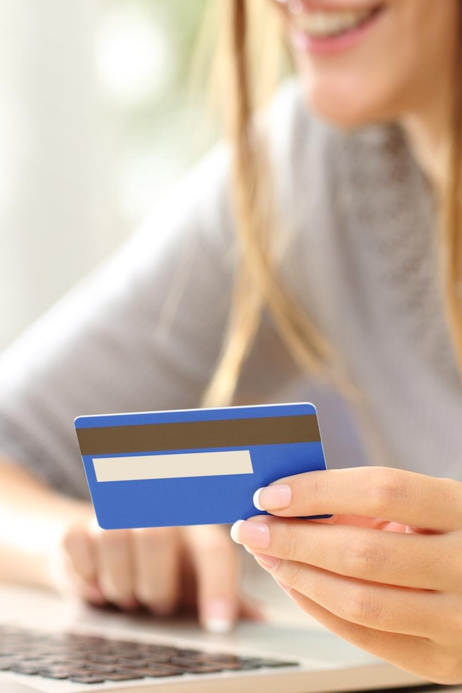 Mujer con tarjeta de crédito en la mano