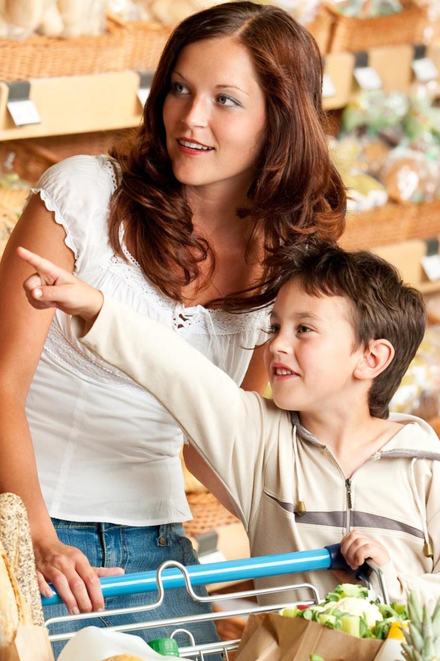 Niño señala un producto en la tienda