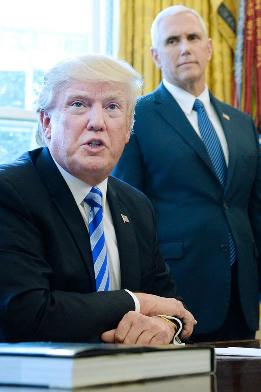 El presidente Donald Trump, acompañado por el vicepresidente Mike Pence, habla después de que la Cámara retirara la legislación sobre la ley de salud el viernes 24 de marzo del 2017