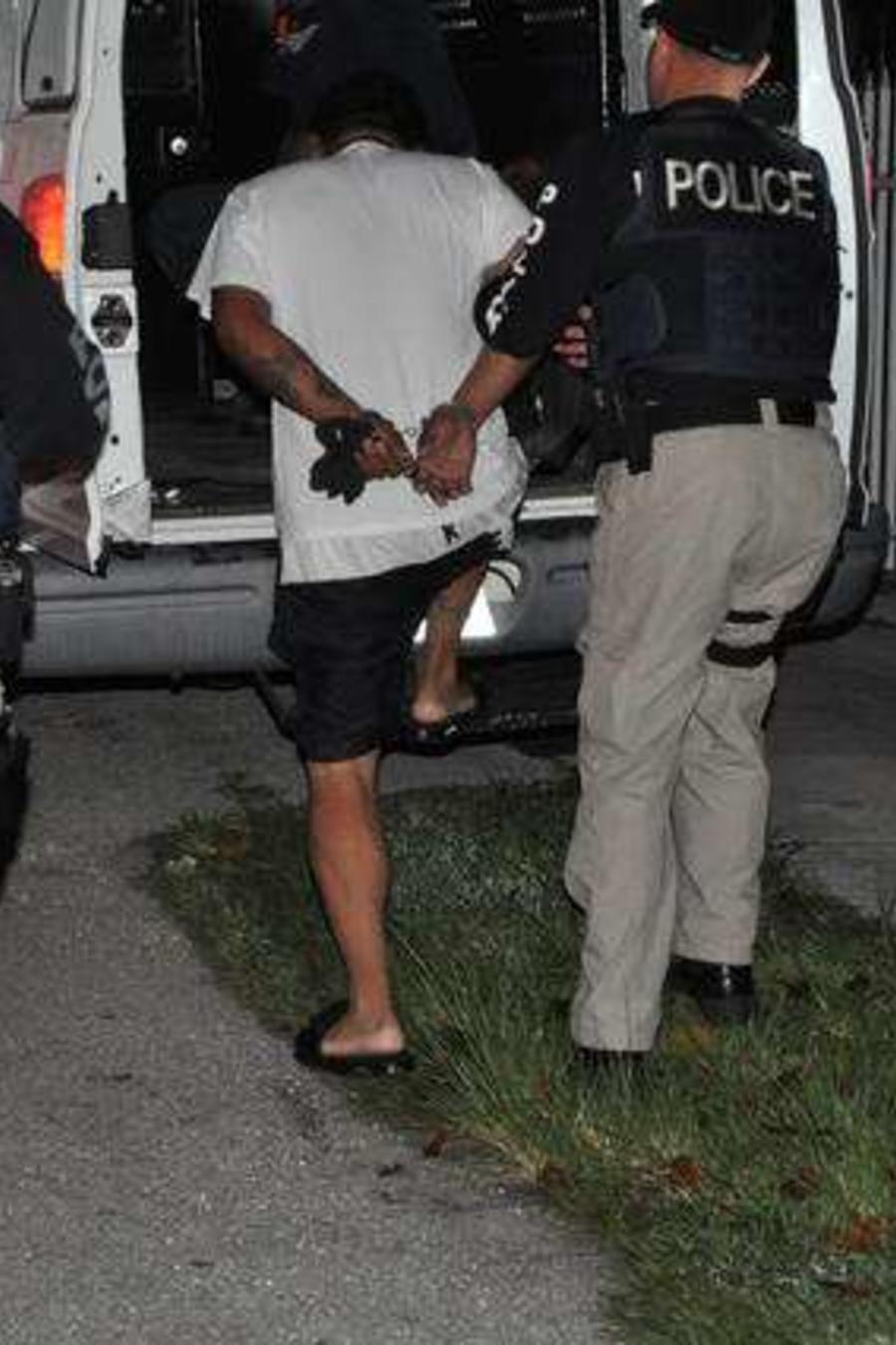 Indocumentado siendo detenido por el ICE en EEUU