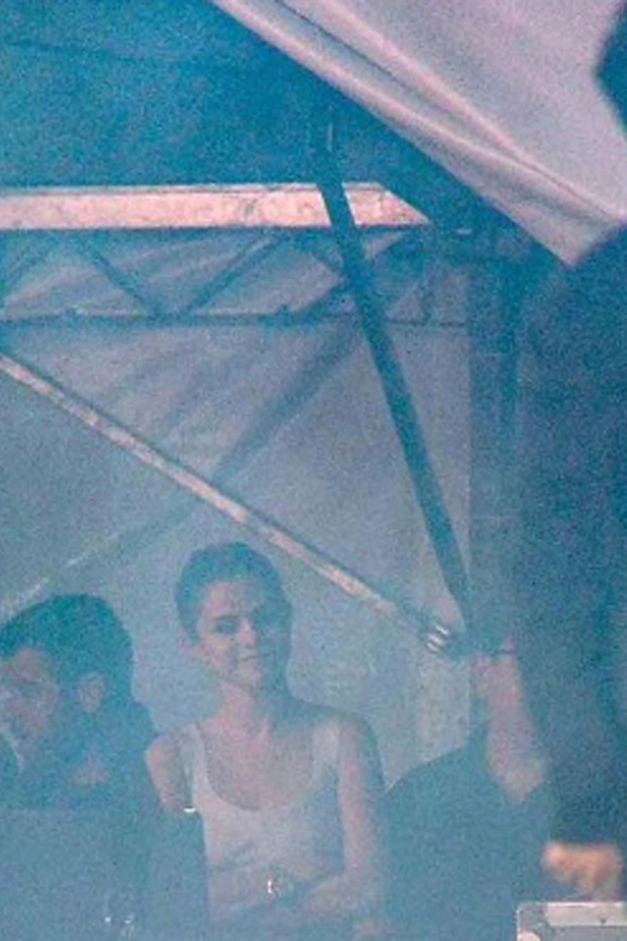 Selena Gomez viendo a The Weeknd