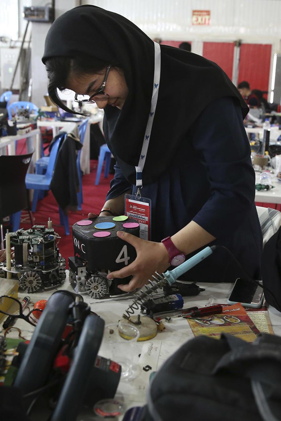 Estudiantes iraníes trabajan sobre unos robots en una competencia internacional de Teherán el 6 de abril del 2016.