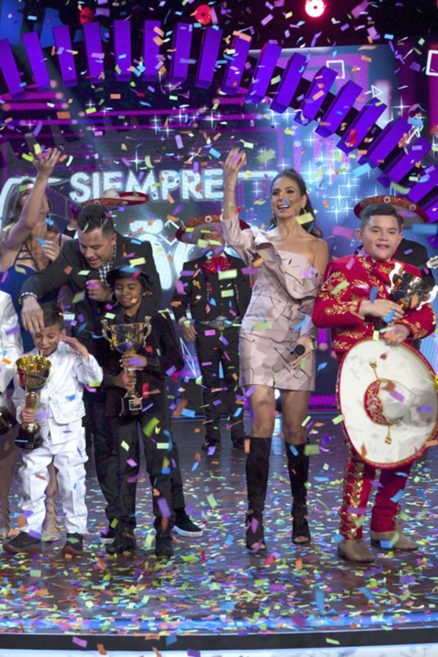 Patricia Manterola y Karim Mendiburu con los seis favoritos Niños del Mundo de la temporada