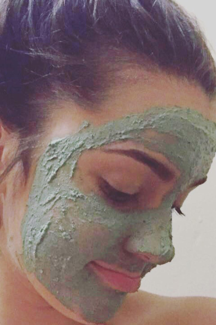 Chica con mascarilla facial