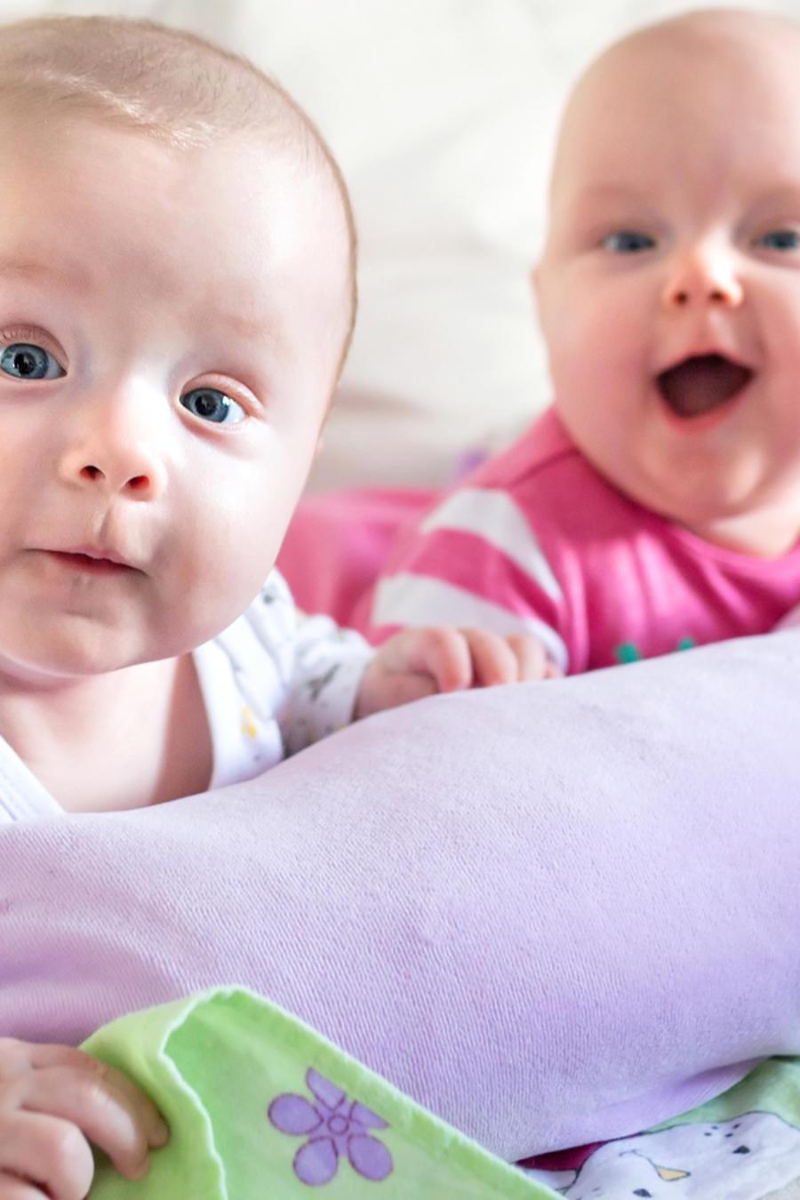 Bebés gemelos acostados en la cama