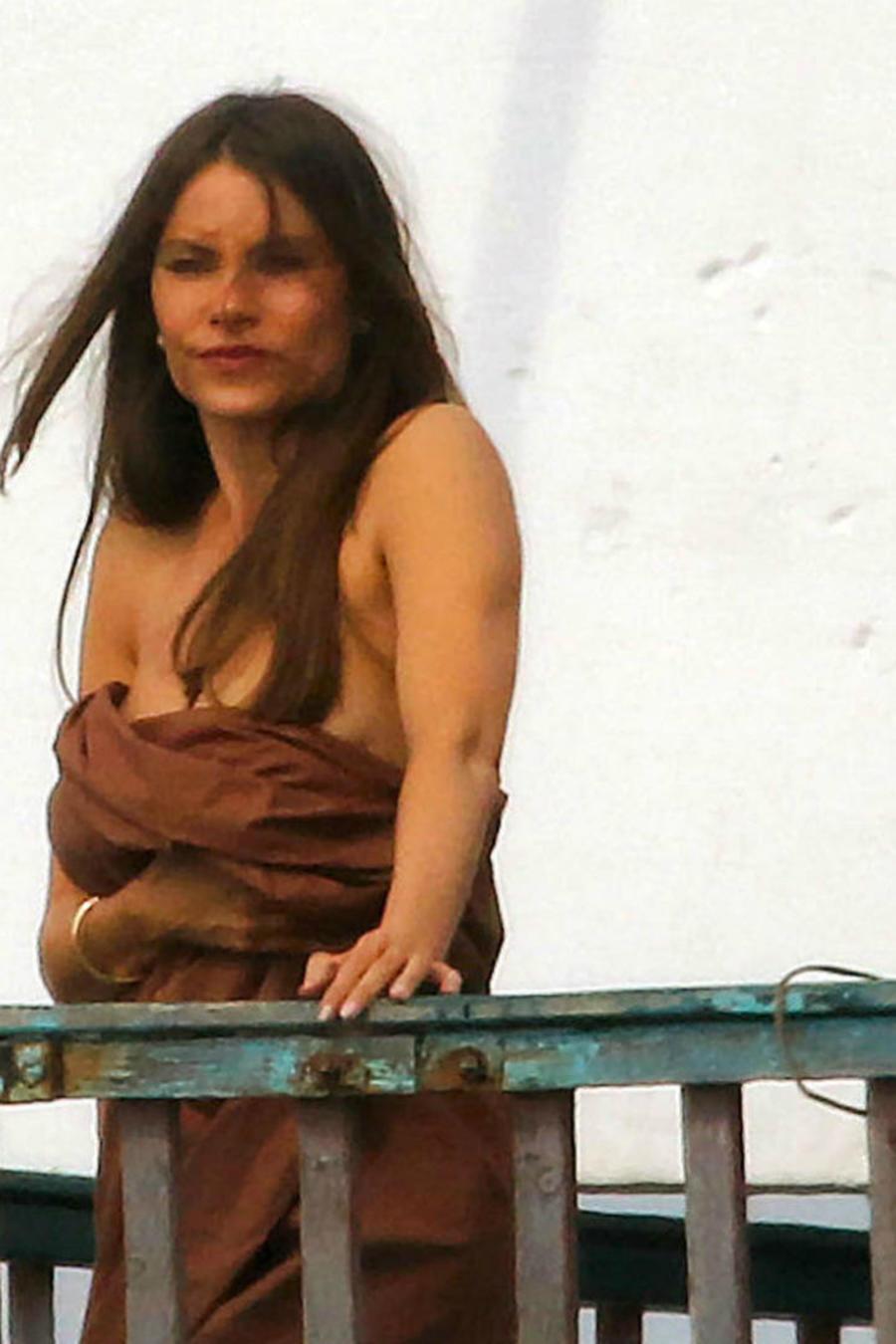 Sofía Vergara cubierta solo con una sábana en el balcón