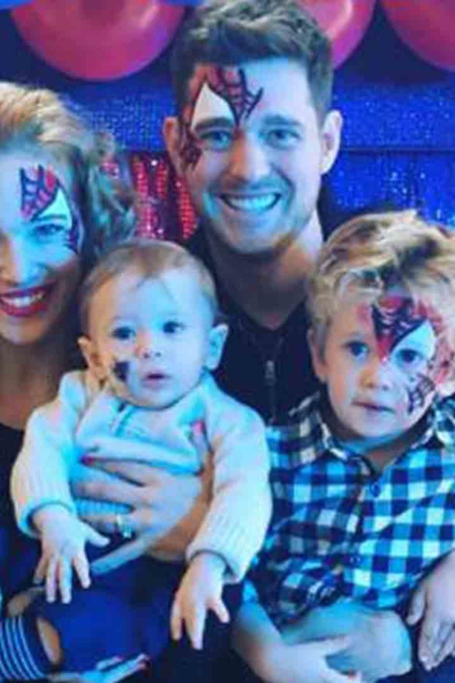 Michael Buble junto a su esposa, Luisana Lopilato y sus dos hijos