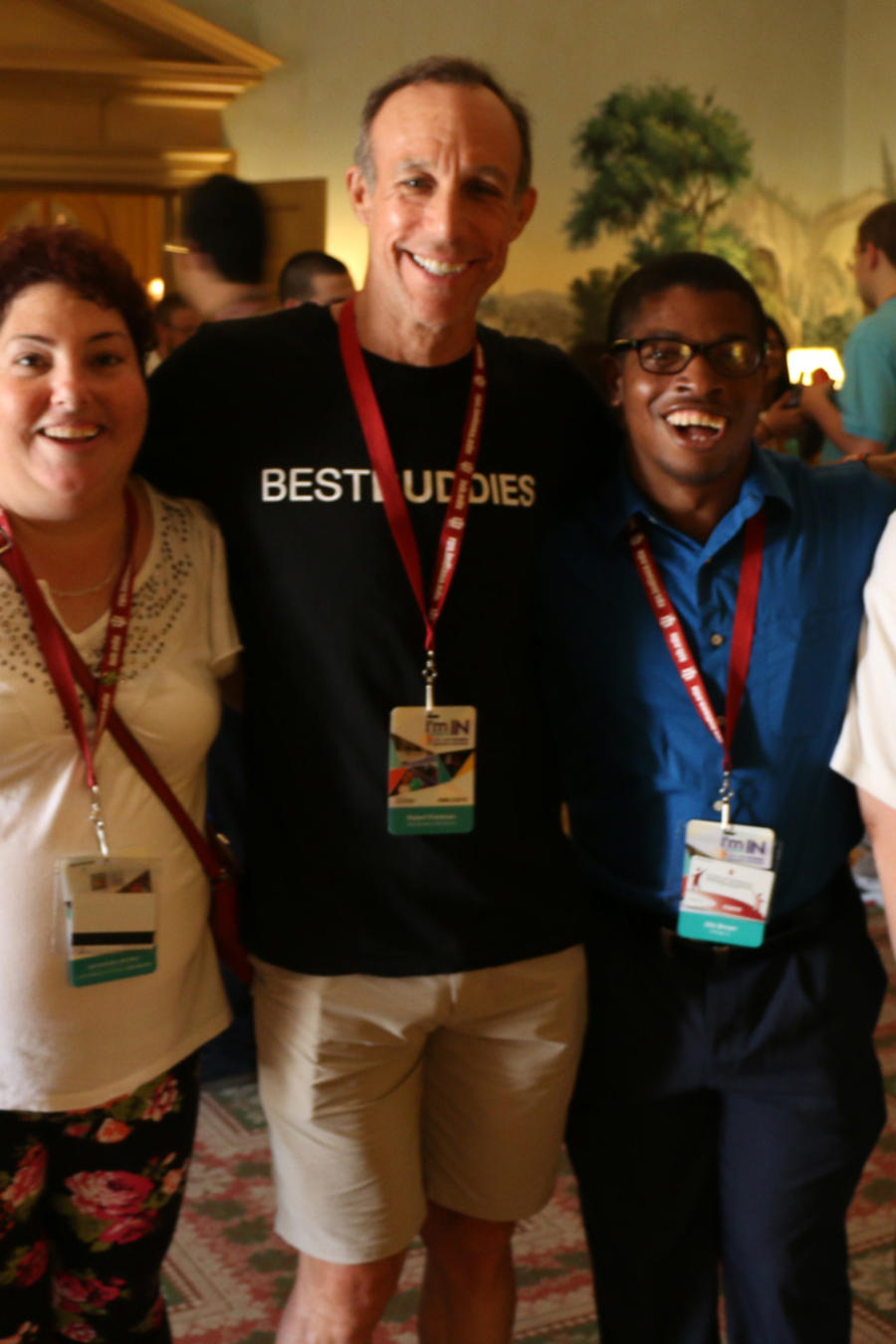 Bárbara Torres, beneficiaria de Best Buddies Jobs, con compañeros de trabajo