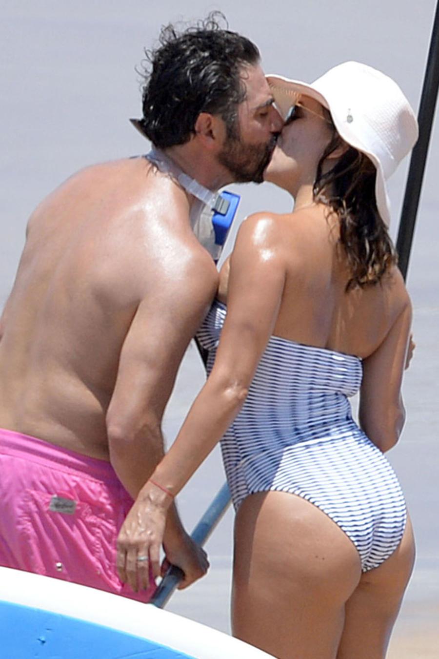 Eva Longoria besando a su esposo y haciendo paddleboarding