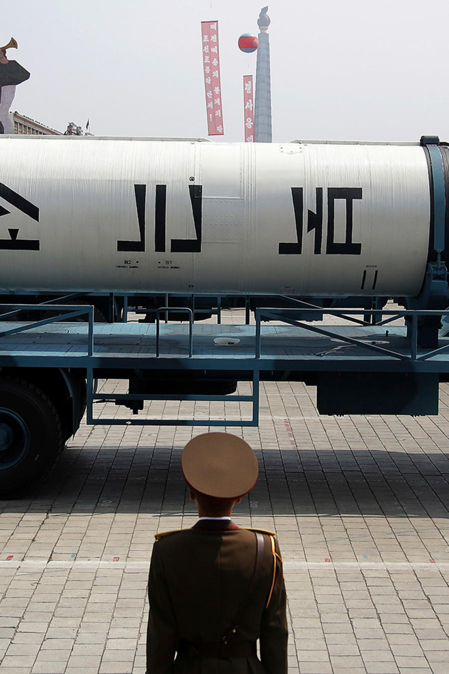 Corea del Norte exhibe no de sus misiles en un desfile militar