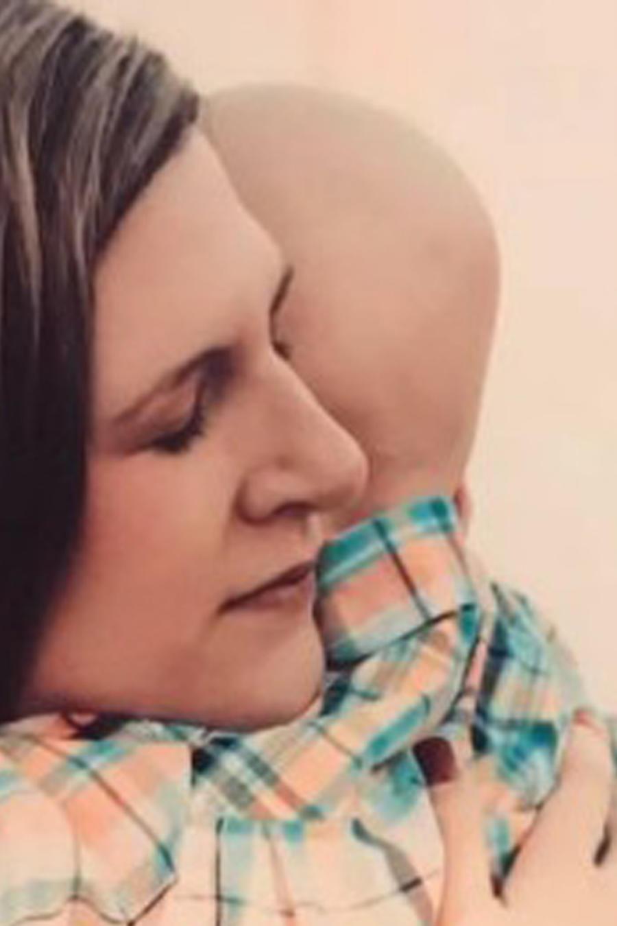 Nolan Scully abrazando a su madre Ruth Scully