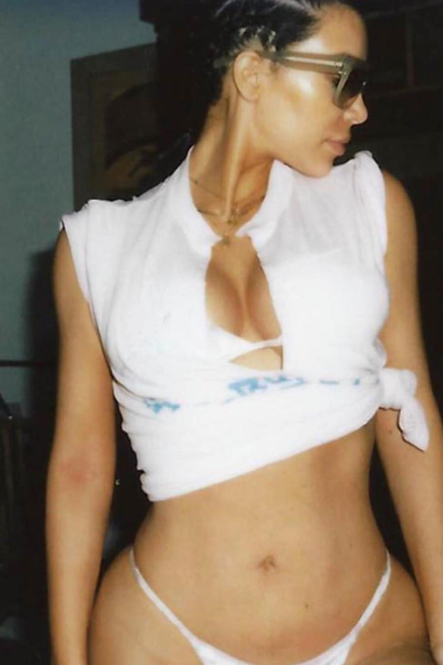 Kim Kardashian posando sexy de perfil