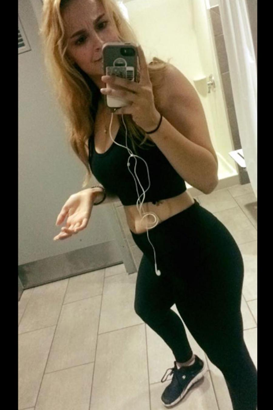 Mujer expulsada del gimnasio por enseñar el ombligo