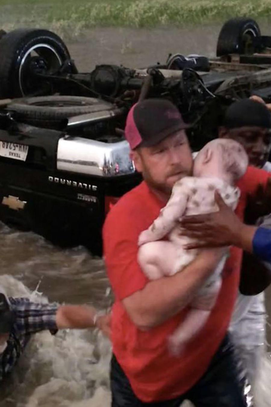 Héroes recatan a un bebé y un niño de un auto volcado  en medio del agua