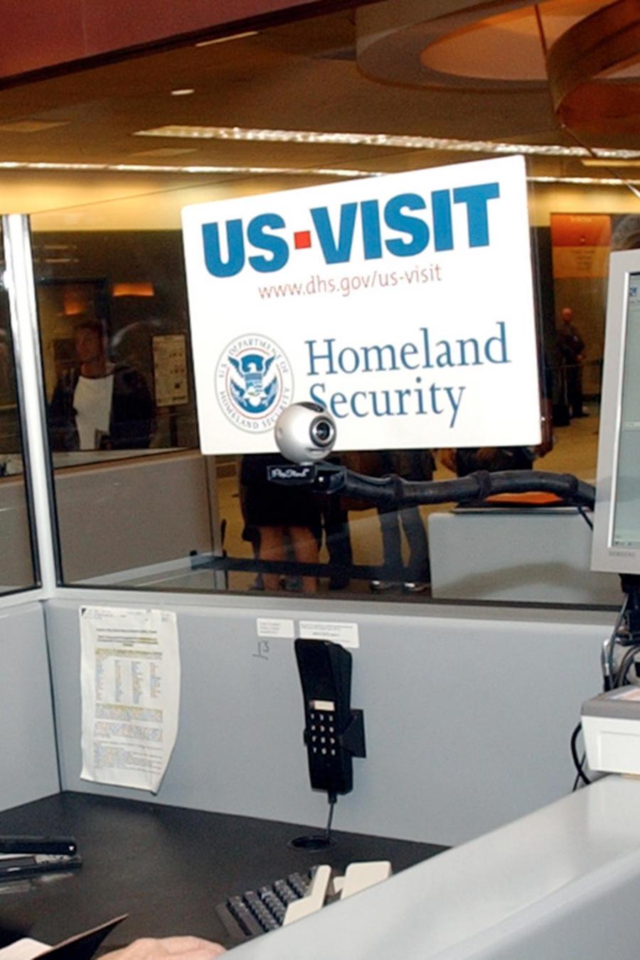 Una agente de inmigración toma las huellas digitales de un viajero proveniente de Chile en el Aeropuerto Internacional de Atlanta en enero del 2004