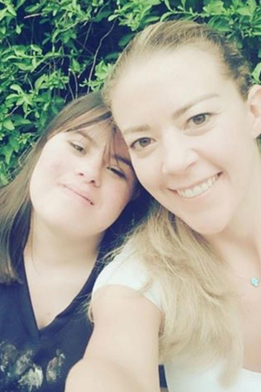 Fernanda Castillo con su hermana
