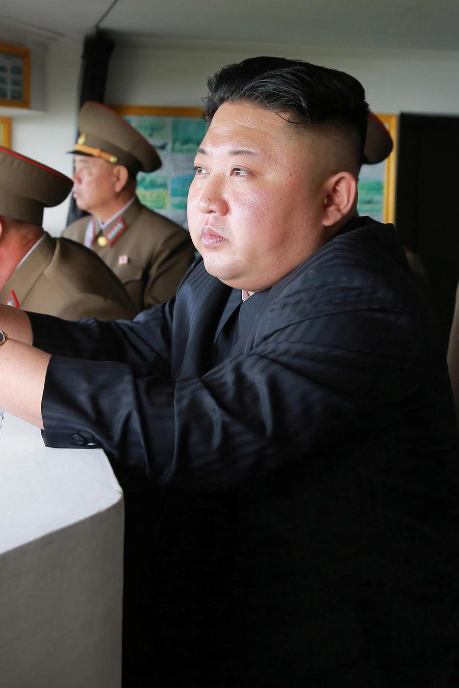 El líder de Corea del Norte, Kim Jong Un, visita el viernes 5 de mayo del 2017 una instalación militar desde donde vigilan territorio surcoreano