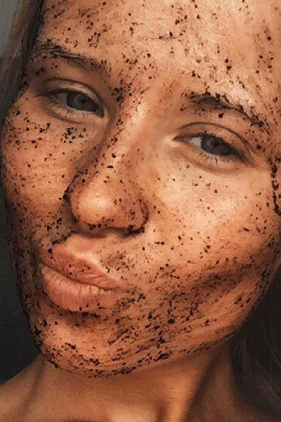 Mujer usando una mascarilla