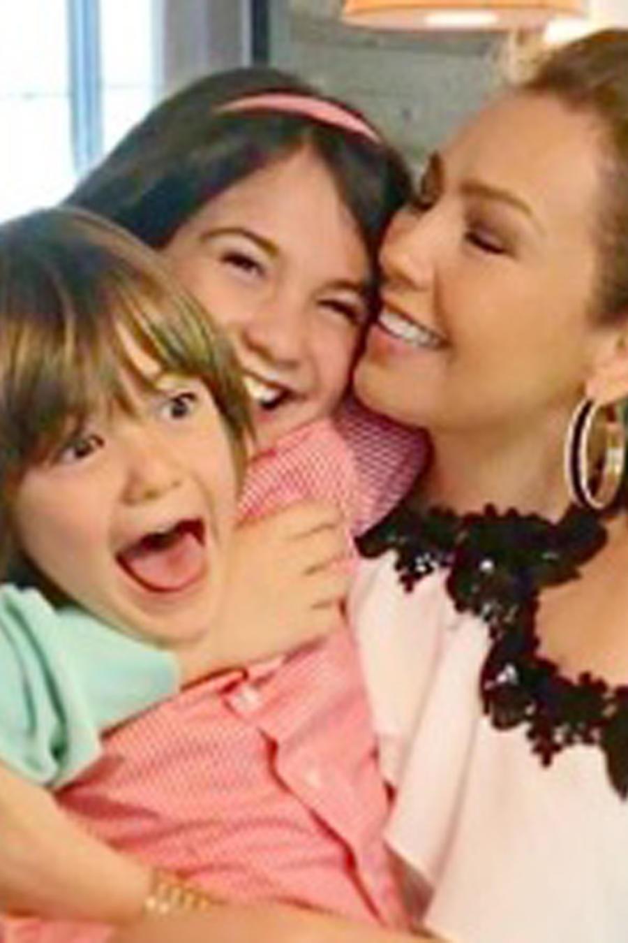 Thalía abrazando a sus hijos