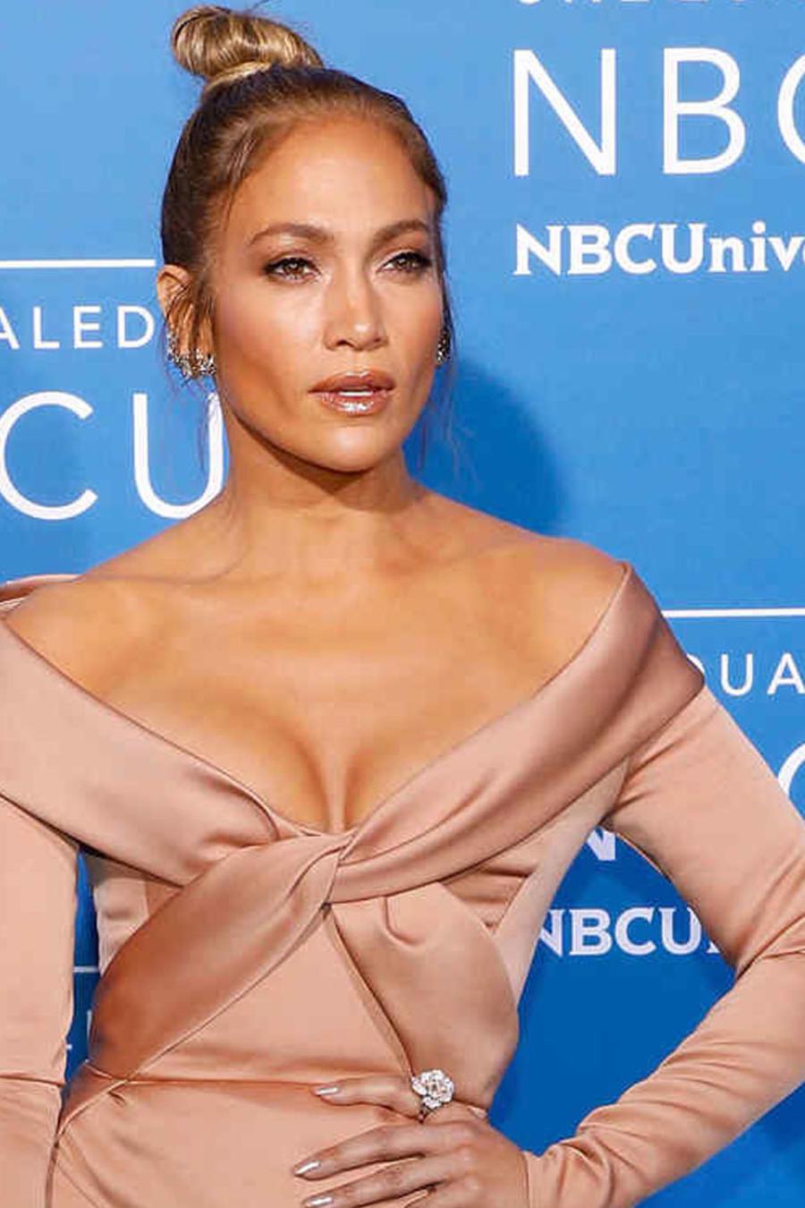 Jennifer Lopez con anillo muy sofisticado