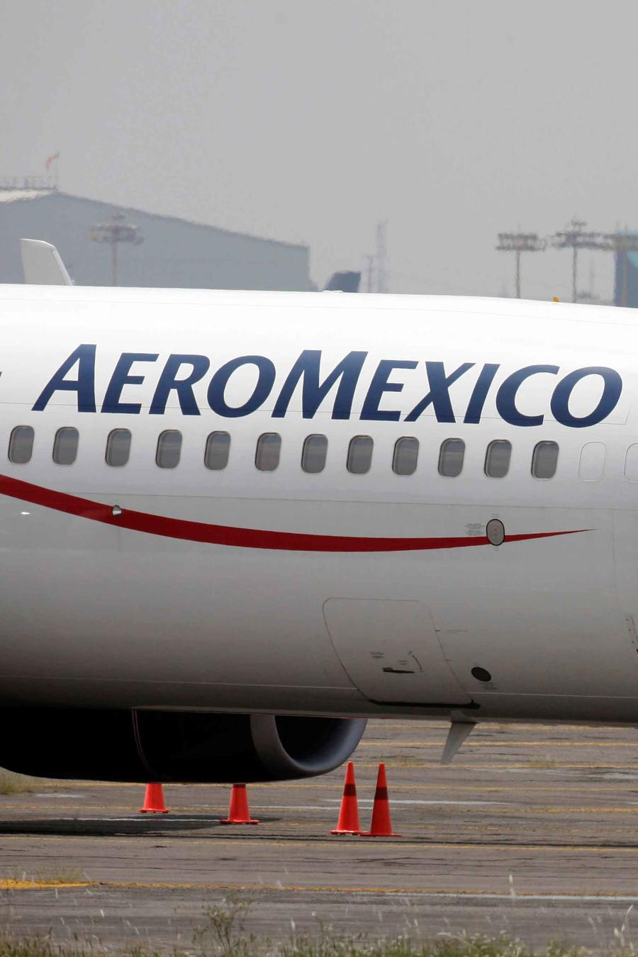 Avión de Aeromexico en rampa en un aeropuerto
