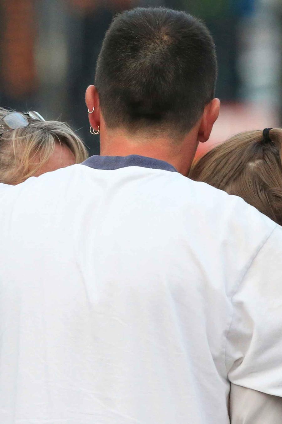 Jóvenes se abrazan tras atentado en Manchester