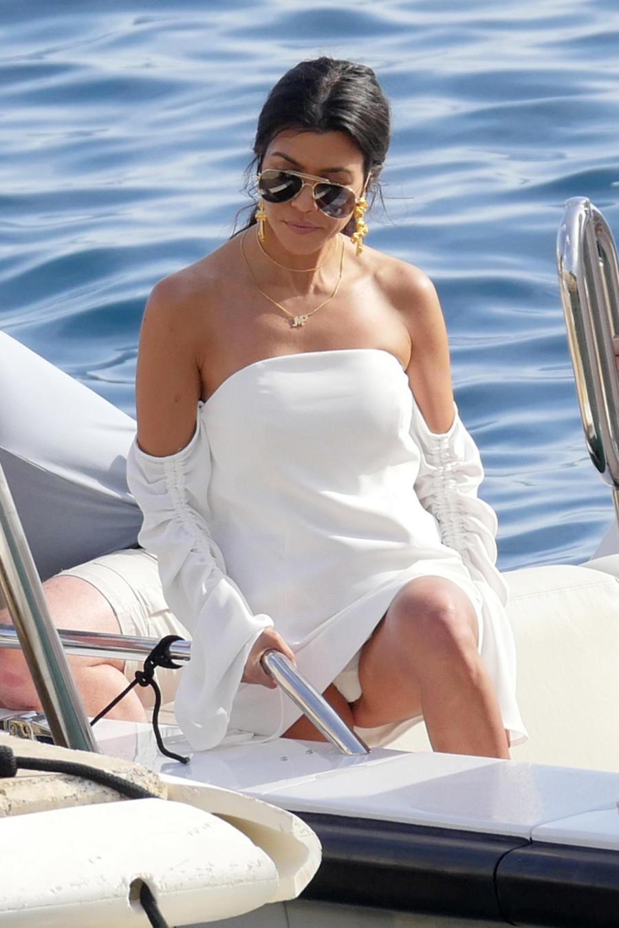 Kourtney Kardashian con vestido blanco en Cannes