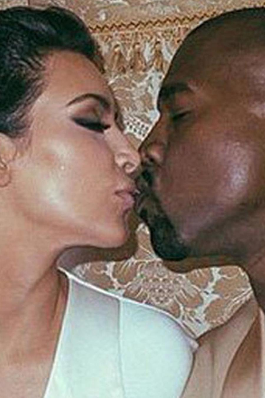 Kim Kardashian y Kanye West besándose