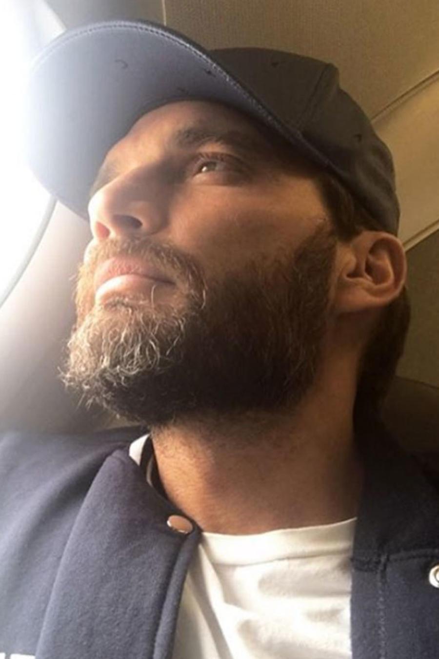 Julián Gil en un avión