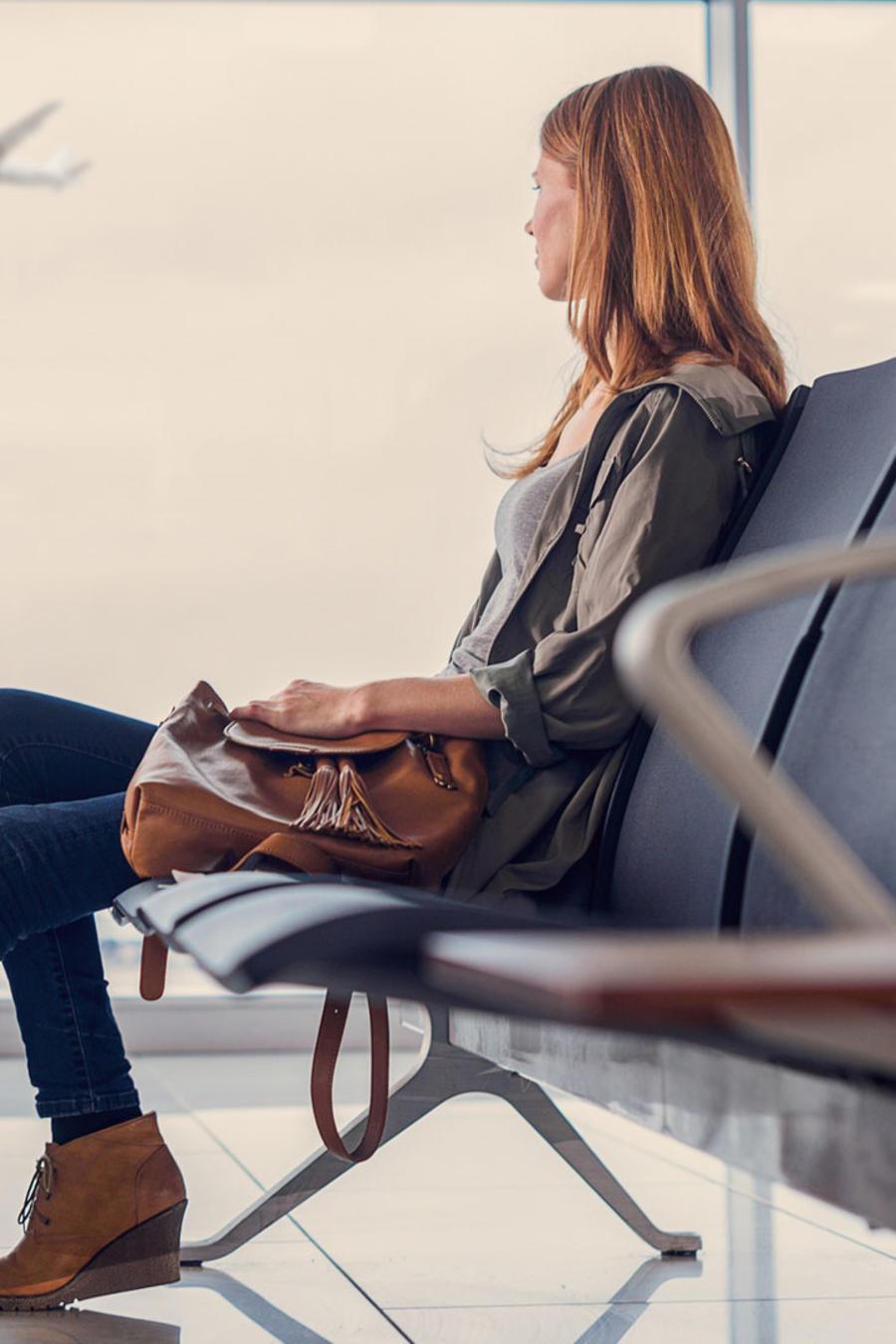 Mujer esperando en aeropuerto