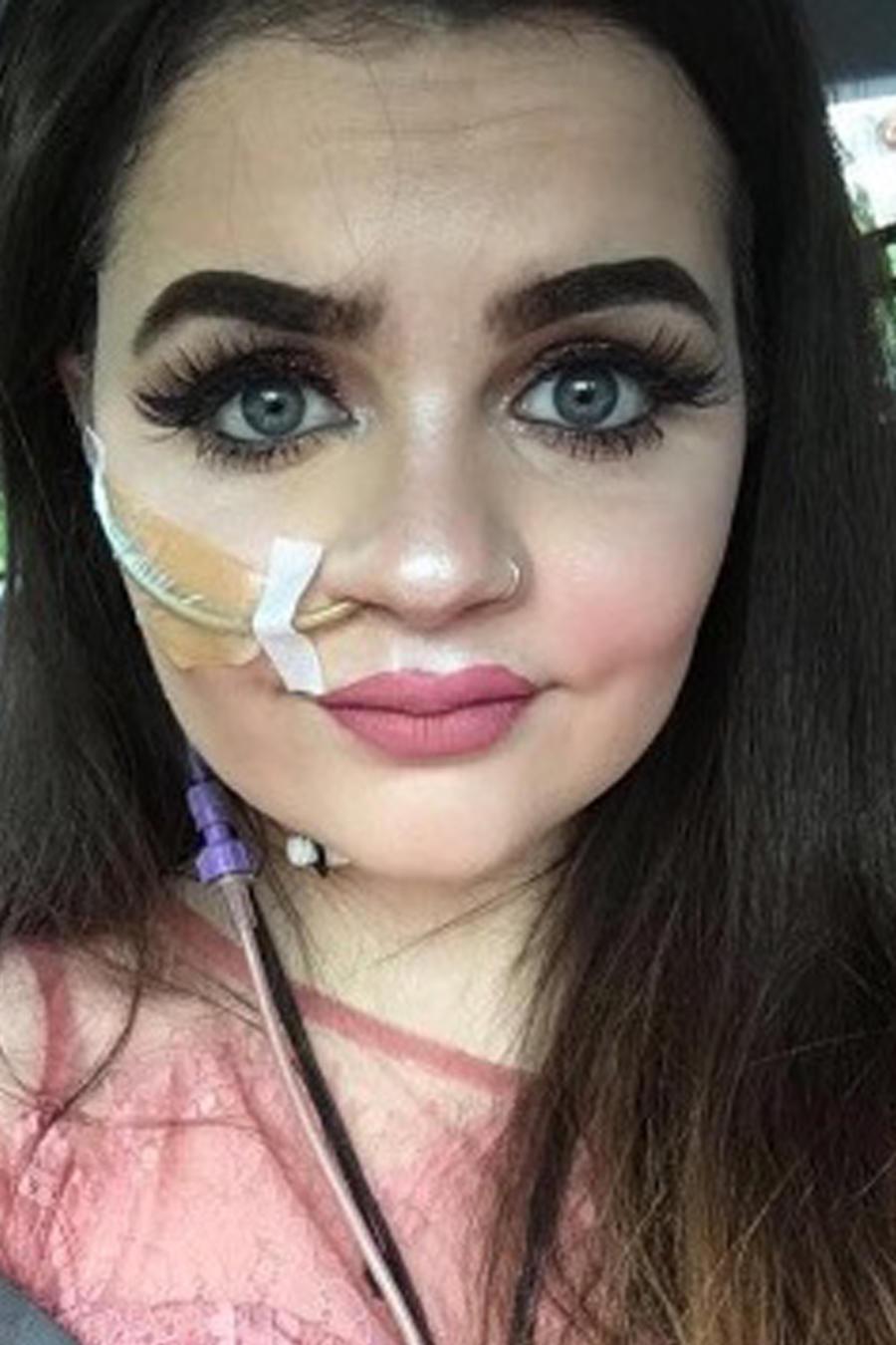 Emily Jones tomándose selfies