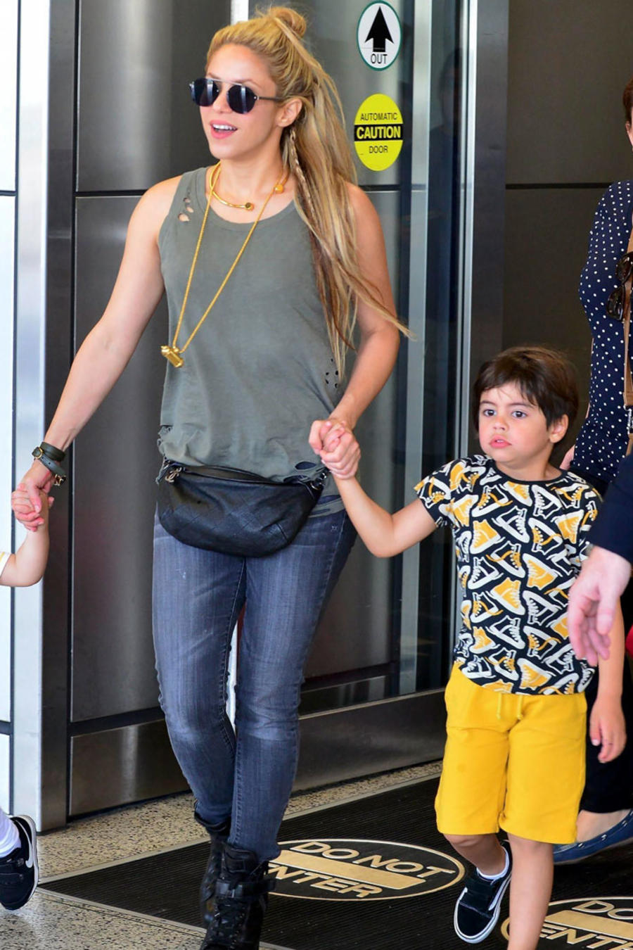 Shakira llegó al aeropuerto de Miami con sus hijos Milan y Sasha