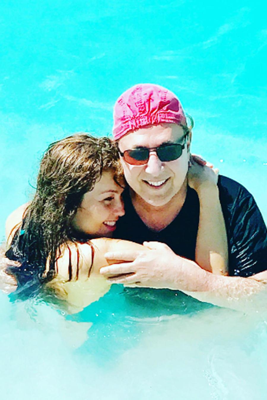 Thalía y Tommy Mottola en la playa