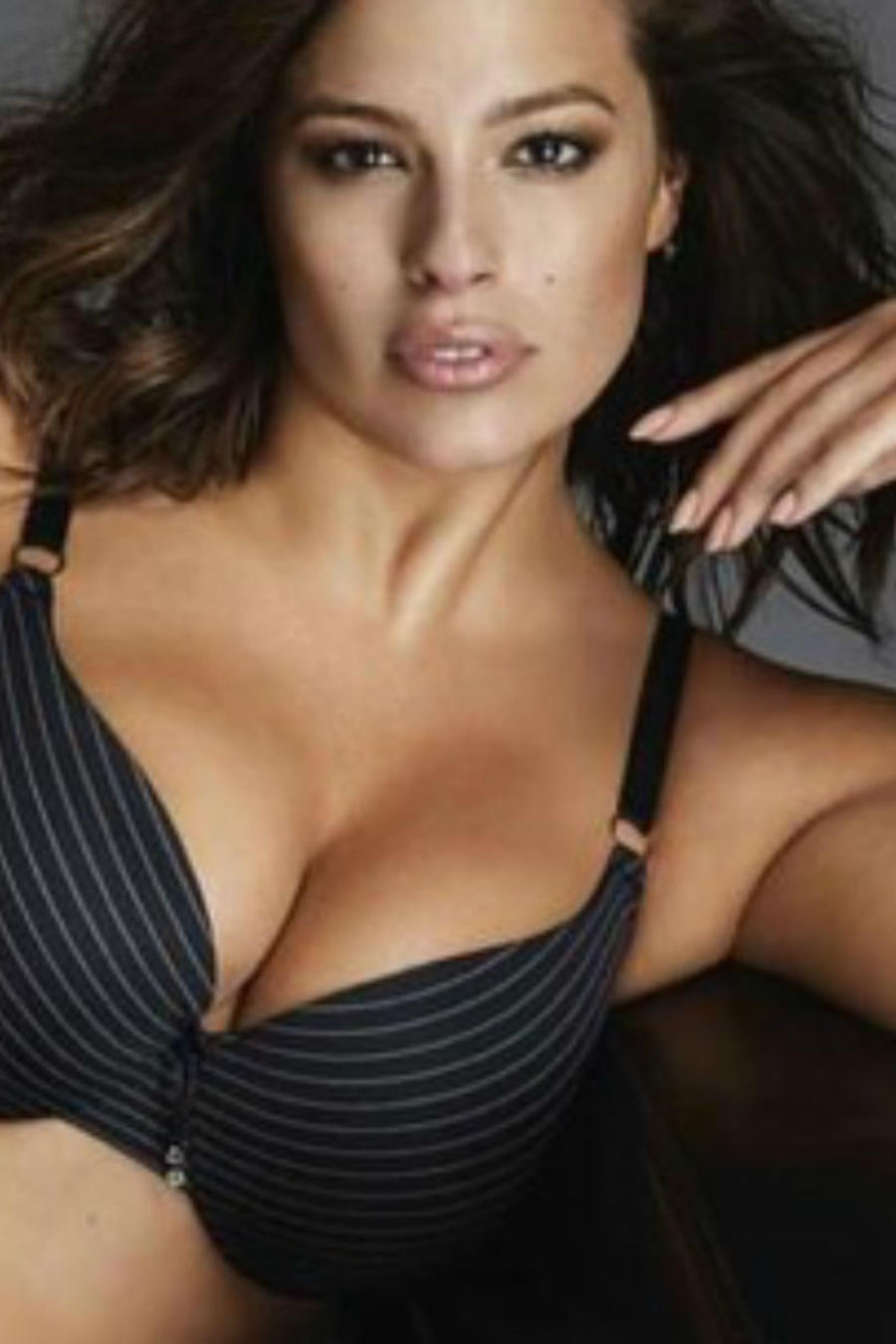 Ashley Graham ponsando sexy en un sillón