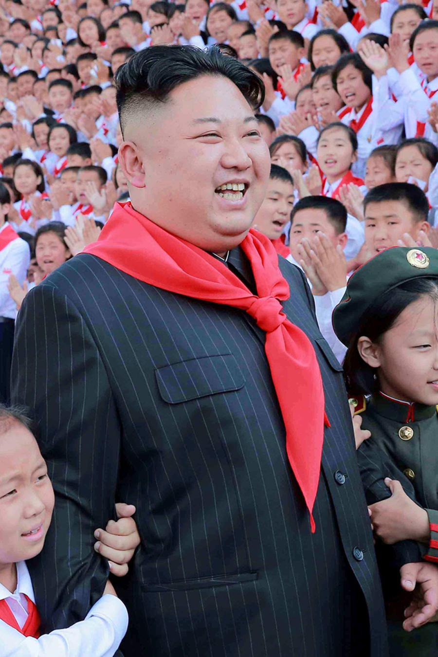 El líder norcoreano Kim Jong-un posa con los participantes del VIII Congreso de la Unión de Niños Coreanos en Pyongyang.