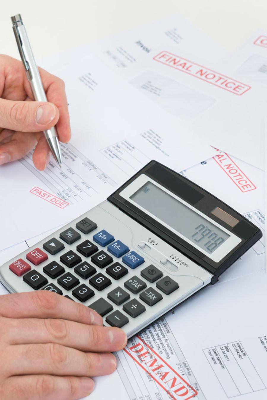 Hombre calculando deudas vencidas