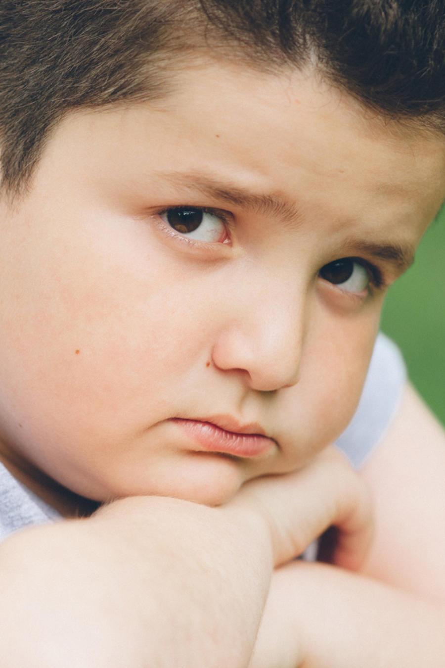Niño con sobrepeso deprimido