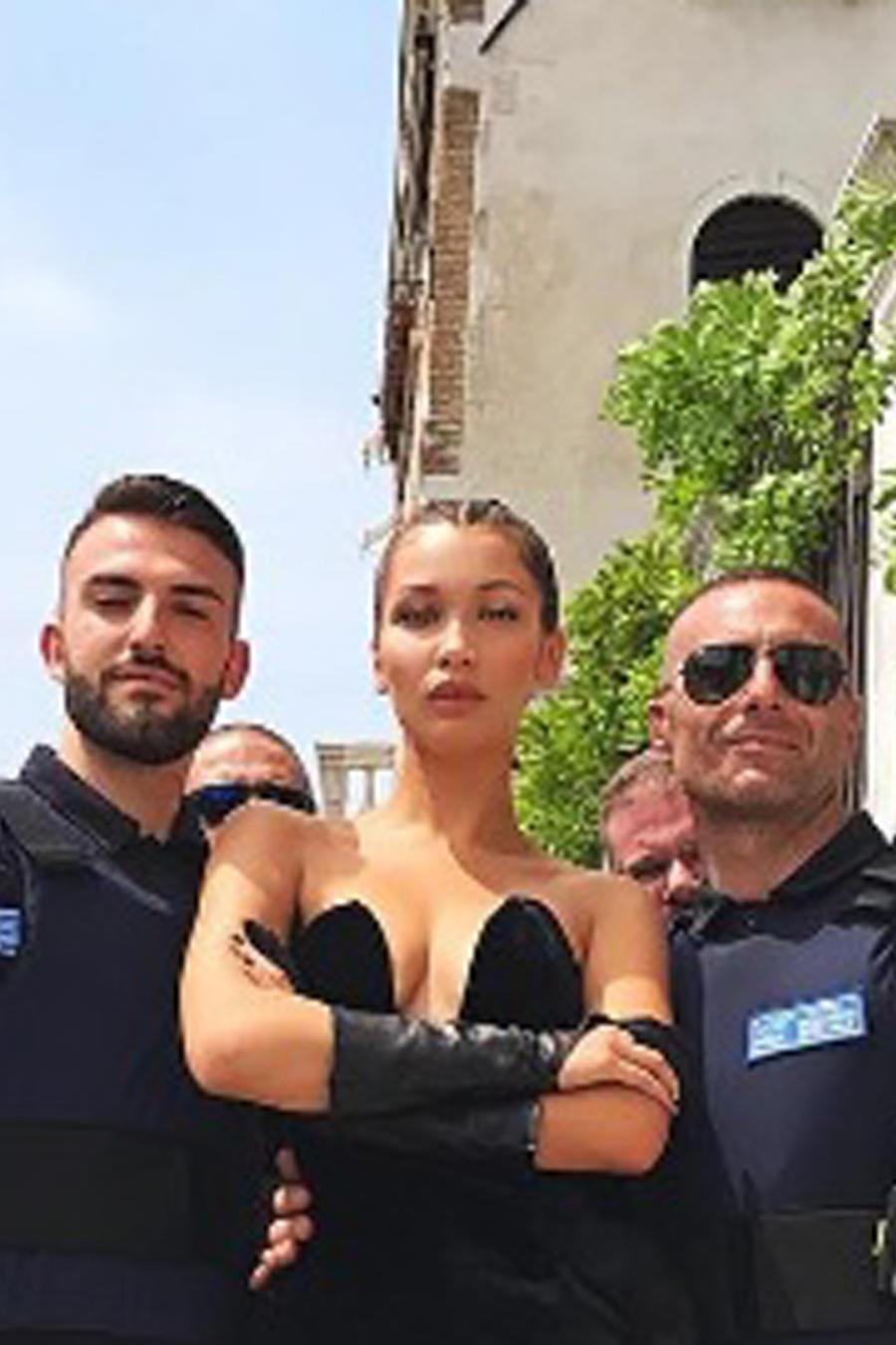 Bella Hadid rodeada de policías