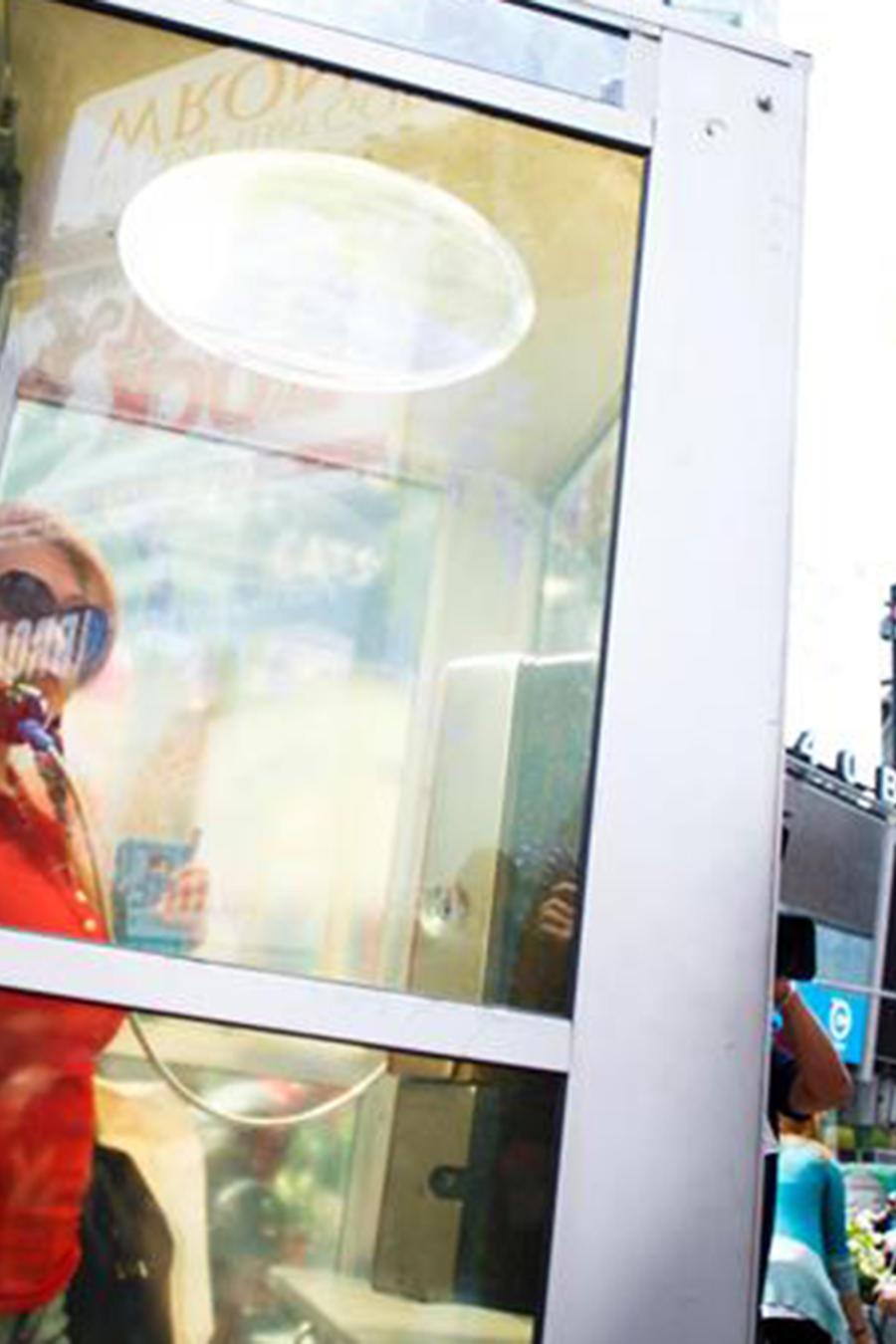 Una mujer utiliza una de las cabinas instaladas en Times Square, que narran historias de los inmigrantes de la ciudad.