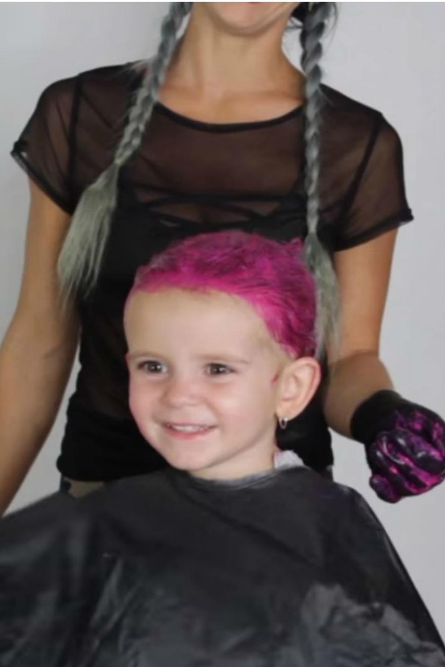 Mama pintándole el cabello a su hija